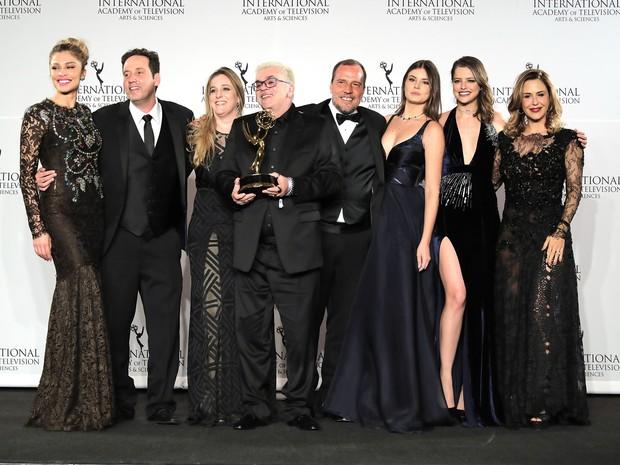 23.11.16 -Aquele com os Looks do Prêmio Emmy de VerdadesSecretas