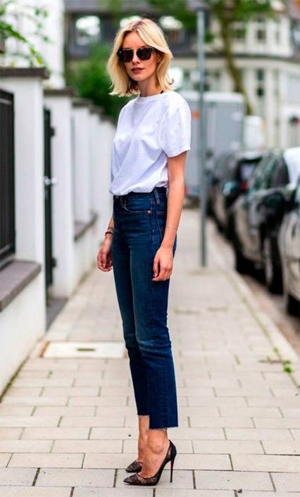 street-style-look-camiseta-branca-calca-jeans-scarpin-170112-111903