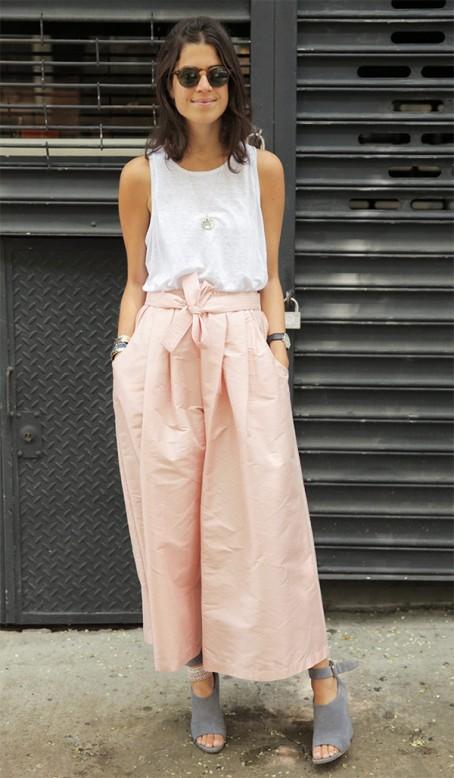 street-style-look-leandra-medine-pantacourt-rosa-regata-170110-033624